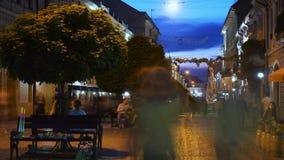 Time lapse: bezige stads voetstraat bij nacht stock video
