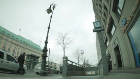 Time Lapse a Brandenburger Tor Metro Station In Berlin, Germania nell'inverno archivi video