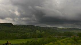 Time Lapse das nuvens do campo e de chuva do verde da paisagem vídeos de arquivo
