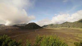 Time Lapse de izquierda a derecha de filtrado cinemático 4K del volcán de Bromo del soporte por la tarde metrajes
