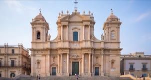 Time lapse de la catedral barroca siciliana de la UNESCO de Noto con muchos turistas, Italia almacen de metraje de vídeo