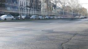 Time Lapse de la ciudad con la conducción de automóviles rápidamente en centro de la ciudad en un bulevar apretado almacen de video