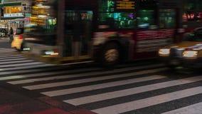 Time Lapse de la gente y de coches a través en la calle que cruza famosa de Shibuya en la noche en Tokio, Japón almacen de metraje de vídeo