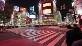 Time Lapse de la gente y de coches a trav?s en la calle que cruza famosa de Shibuya en la noche en Tokio, Jap?n almacen de metraje de vídeo