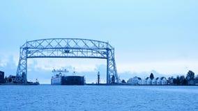Time lapse de la nave del mineral de hierro que llega debajo del puente de elevación aéreo de Duluth Minnesota del lago Superior almacen de metraje de vídeo