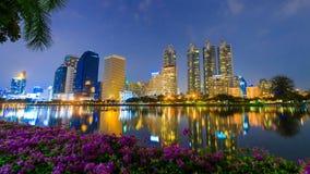 Time lapse de la opinión de la noche de la ciudad de Bangkok en el parque de Benjakitti, Bangkok, Tailandia almacen de video