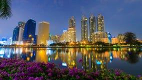 Time lapse de la opinión de la noche de la ciudad de Bangkok en el parque de Benjakitti, Bangkok, Tailandia metrajes