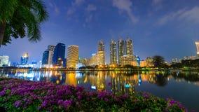 Time lapse de la opinión de la noche de la ciudad de Bangkok en el parque de Benjakitti, Bangkok, Tailandia almacen de metraje de vídeo