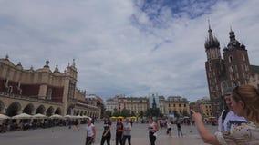 Time lapse de la plaza del mercado principal de Kraków en el tiempo de verano metrajes