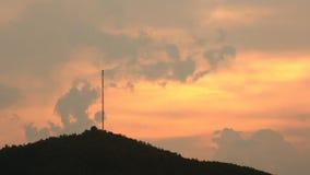 Time Lapse de la puesta del sol del palo de la torre de los datos de Coms del top de la montaña