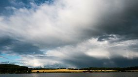 Time lapse de las nubes que cruzan el cielo asombroso sobre el lago en la tormenta almacen de video