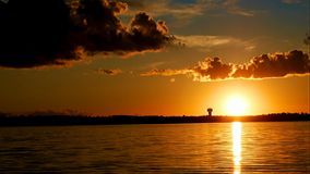 Time lapse de nubes dramáticas y de la puesta del sol sobre el lago Irving metrajes
