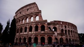 Time Lapse de Roman Colosseum avec des touristes visitant la ville de Rome banque de vidéos