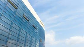 Time lapse de un edificio debajo de la nube hermosa en el cielo azul almacen de metraje de vídeo