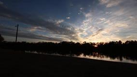 Time lapse de una puesta del sol sobre el río Ouachita almacen de metraje de vídeo
