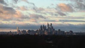 Time Lapse del horizonte de Philadelphia con las nubes y el tiempo metrajes