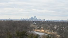 Time Lapse del horizonte de Philadelphia con las nubes y el tiempo almacen de metraje de vídeo