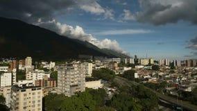 Time lapse del paisaje urbano de Caracas en una tarde nublada metrajes