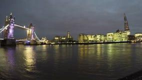 Time lapse del puente de la torre en la noche almacen de video