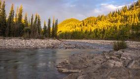 Time lapse del sol que sube a lo largo del río del codo metrajes