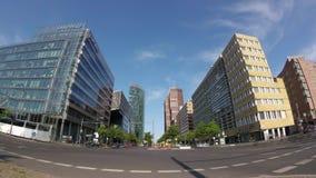 Time Lapse dell'Pesce-occhio: Traffico vicino a Potsdamer Platz a Berlino, Germania video d archivio