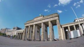 Time Lapse dell'Pesce-occhio: Turisti a Brandenburger Tor In Berlin, Germania video d archivio
