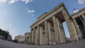 Time Lapse dell'Pesce-occhio: Turisti a Brandenburger Tor In Berlin, Germania stock footage