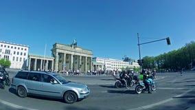 Time Lapse dell'Pesce-occhio: Turisti e traffico a Brandenburger Tor In Berlin stock footage