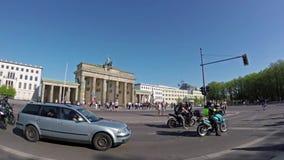 Time Lapse dell'Pesce-occhio: Turisti e traffico a Brandenburger Tor In Berlin archivi video