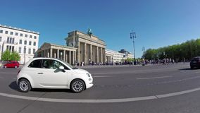 Time Lapse dell'Pesce-occhio: Turisti e traffico a Brandenburger Tor In Berlin video d archivio