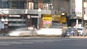 Time Lapse della città con la camminata della gente veloce ed il traffico di automobile in ammucchiato in in città video d archivio