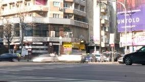 Time Lapse della città con la camminata della gente veloce ed il traffico di automobile in una strada trasversale ammucchiata stock footage