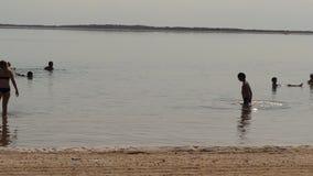 Time_Lapse der Leuteschwimmens im Toten Meer Israel stock video footage