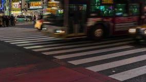 Time Lapse des personnes et des voitures ? travers ? la rue de croisement c?l?bre de Shibuya la nuit ? Tokyo, Japon banque de vidéos