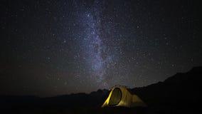 Time Lapse di campeggio, della tenda e del fuoco di accampamento alla notte stock footage