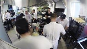 Time Lapse di Team Of Chefs Preparing Food occupato in una cucina commerciale archivi video