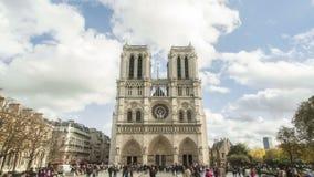 Time lapse en 4K Uhd de la catedral grande y hermosa de Notre Dame en París, Francia almacen de metraje de vídeo