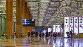 Time lapse 4K: Los visitantes caminan alrededor de la salida Pasillo en el aeropuerto internacional de Changi, Singapur almacen de video