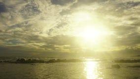 time lapse 4K: Puesta del sol en el mar de Andaman Phang Nga Tailandia almacen de video