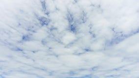 time lapse 4K: Timelapse de Cloudscape, nubes blancas que corren a través del cielo azul almacen de metraje de vídeo