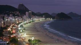 Time Lapse noc ruch drogowy Na Copacabana plaży, przeglądać z góry, Rio De Janeiro, Brazylia zdjęcie wideo