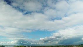 TIME LAPSE: Nubes de cúmulo blancas inminentes sobre paisaje escénico almacen de metraje de vídeo