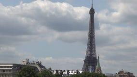 Time Lapse panorámico con las nubes que se mueven rápidamente sobre el cielo y la torre Eiffel de París almacen de metraje de vídeo