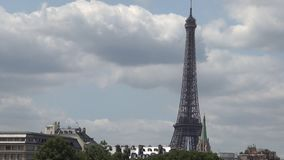 Time Lapse panoramico con le nuvole che si muovono velocemente sopra il cielo e la torre Eiffel di Parigi video d archivio