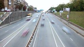 Time lapse que pasa los coches de la ciudad, tráfico del movimiento rápido, día de la visión superior almacen de video