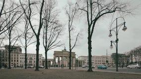 Time Lapse: Traffico al tor di Brandenburger a Berlino, Germania nell'inverno stock footage