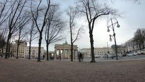 Time Lapse: Traffico al tor di Brandenburger a Berlino, Germania nell'inverno video d archivio