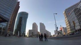 Time Lapse: Traffico e turisti a Potsdamer Platz a Berlino, Germania video d archivio