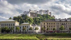 Time Lapse van de Hohensalzburg-Vesting op de Festungsberg-Heuvel in Salzburg stock video