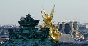 Time Lapse van Gouden Standbeeld op het Dak van de Opera Garnier In Paris stock video